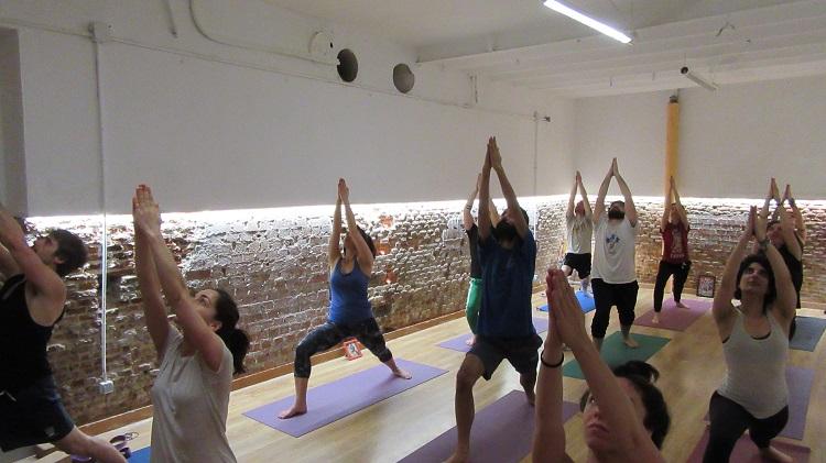 yoga party posición del guerrero