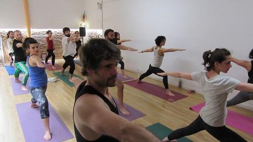 yoga party posición guerrero 2